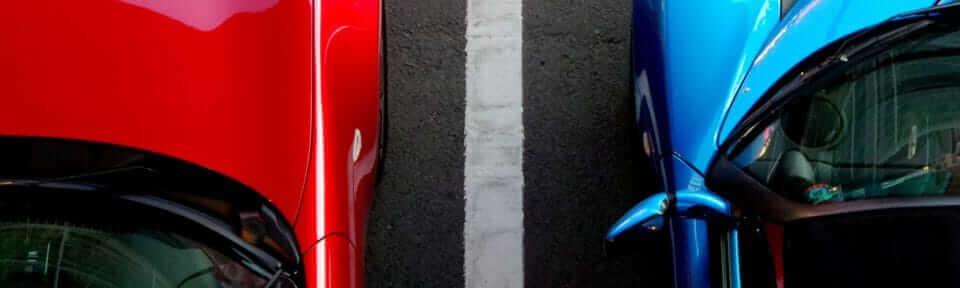 Rød og blå bil på vei