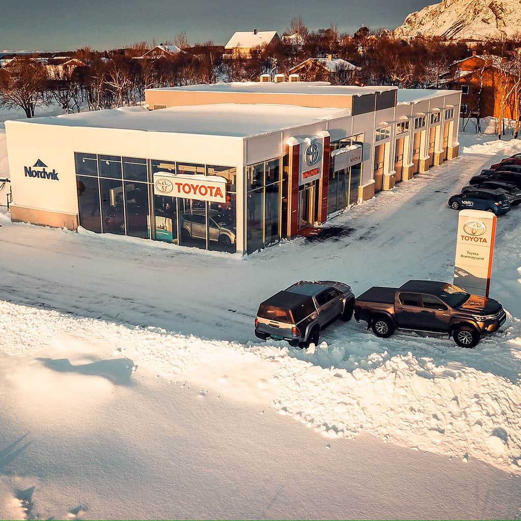 Fasaden til den nye Toyota forhandleren til Nordvik i Brønnøysund