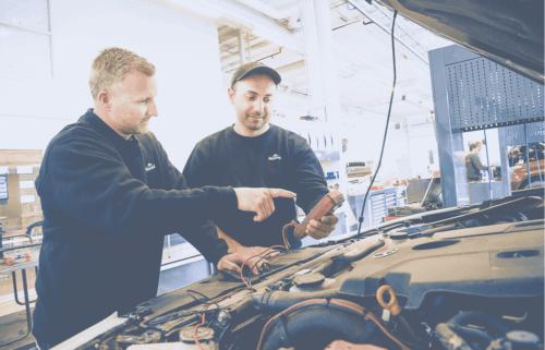 Bilmekanikere i Nordvik som reparerer bil med åpent panser